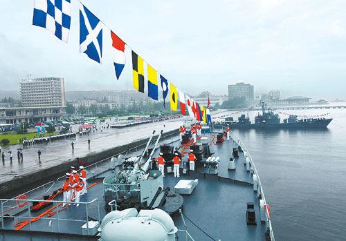 资料图:8月4日,中国海军训练舰编队抵达朝鲜元山港进行访问。