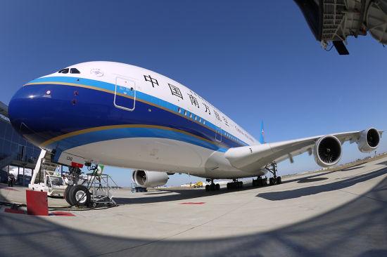 空客向南航交付中国首架a380飞机