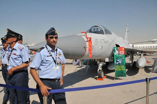 """几名巴基斯坦飞行员站在""""JF-17""""""""枭龙""""战斗机旁。新华社记者安江摄"""