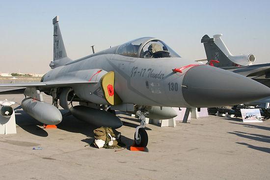 JF-17枭龙战斗机在跑道旁进行静态展示。新华社记者安江摄