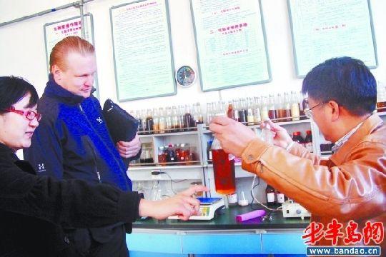 11月23日,青岛福瑞斯生物能源公司副总经理郑德华(右)向费海耀介绍地沟油。