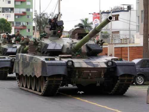 资料图:2009年12月8日亮相秘鲁独立日庆典的中国产MBT-2000主战坦克。