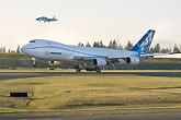 波音747-8完成首飞降落
