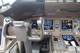 777-300ER客机驾驶舱驾驶杆特写