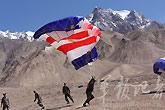 解放军战士地面练习降伞