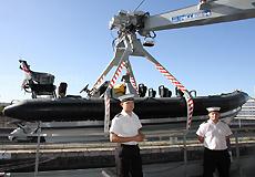 水兵讲解舰载汽艇的任务细节