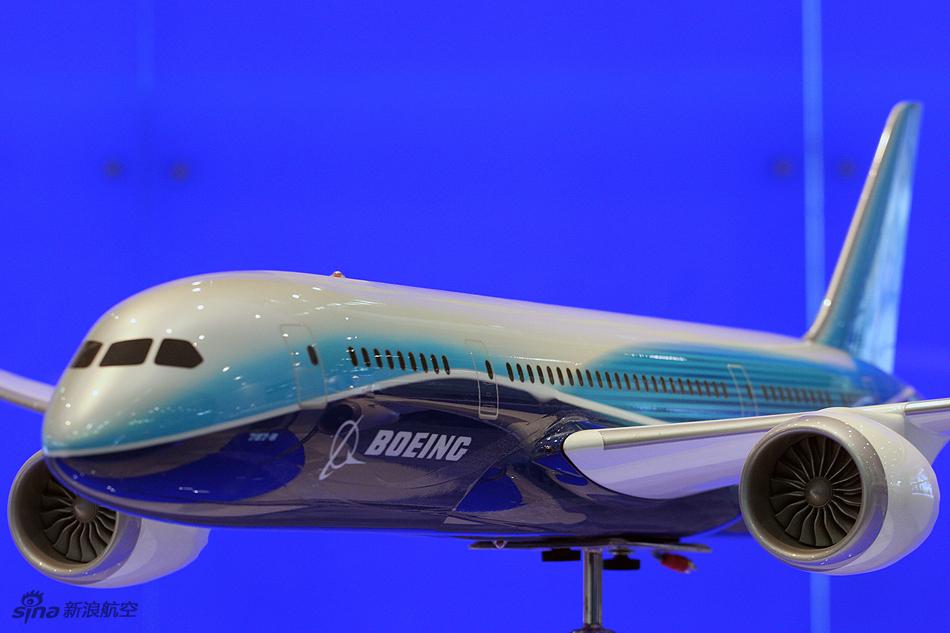 波音公司展示787飞机模型
