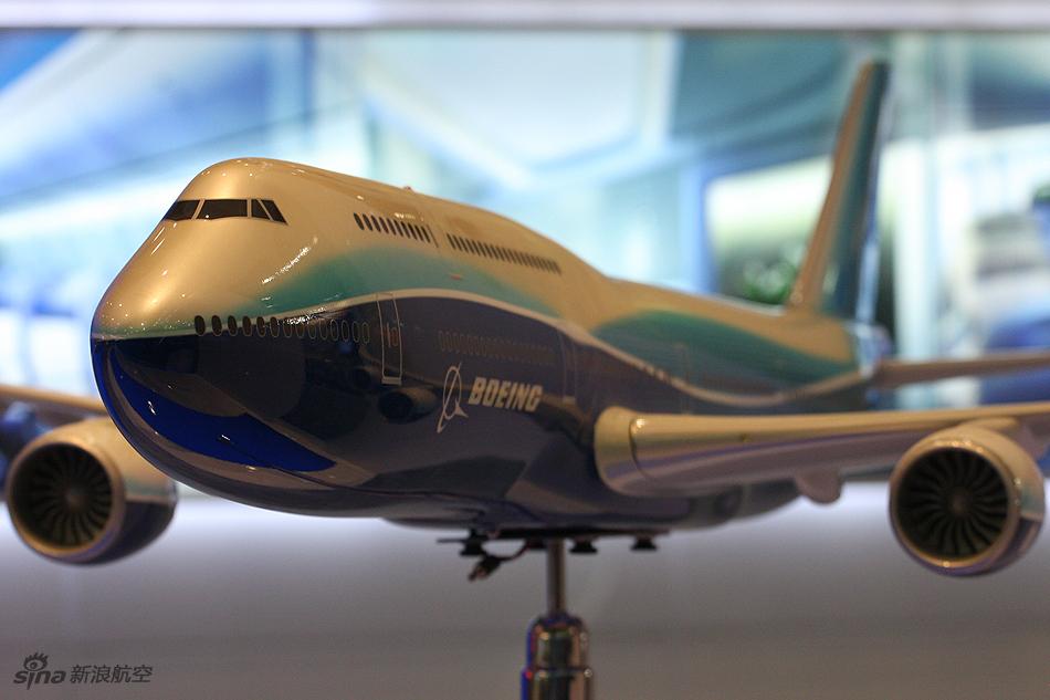 波音公司展示747-8客机模型