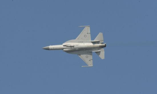 """资料图:巴基斯坦飞行员驾驶的""""JF-17""""""""枭龙""""战斗机进行飞行表演。"""