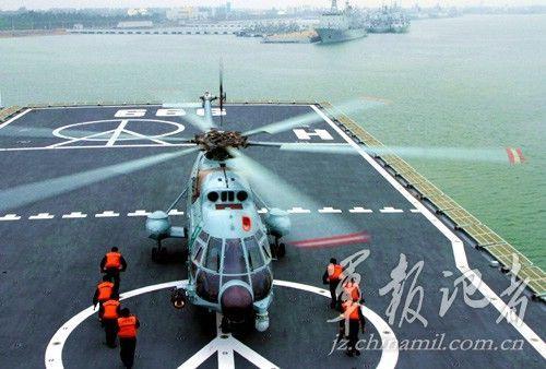 舰载直-8直升机准备起飞。(徐苗波摄)
