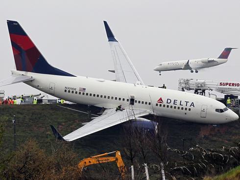 达美航空客机冲出滑行道.-达美客机测试期间冲出跑道无人受伤图片 28571 490x368