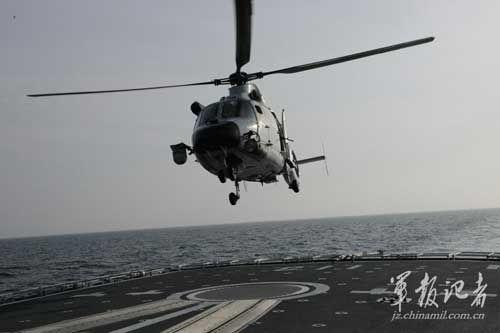 舰载直升机起飞。