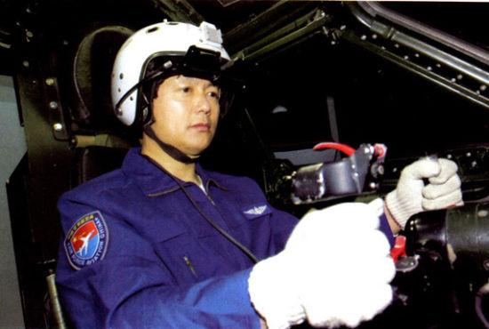 资料图:中国空军飞行员在模拟器内进行飞行作战训练
