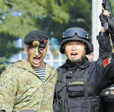 中俄特战队员交流特战技艺后合影留念。