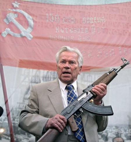 资料图:卡拉什尼科夫手持AK-47步枪