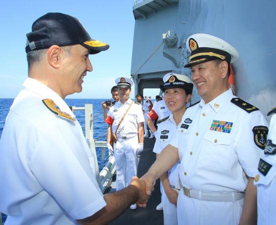 当地时间27日,正在执行第445批护航任务的中国海军第十一批护航编队指挥员、北海舰队副司令员杨骏飞少将与北约508特混编队指挥官西南�q阿斯米�q托逊少将,在亚丁湾中部海域进行了互访交流。 汪汉宗 摄