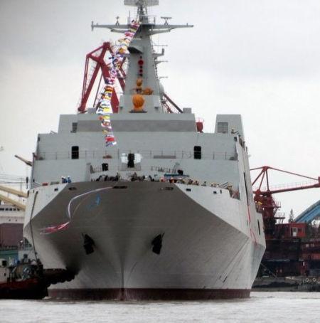 资料图:网友拍摄的中国海军第三艘071型船坞登陆舰下水照。