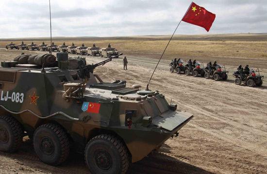 """2010年9月24日,""""和平使命-2010""""上合组织成员国武装力量联合反恐军事演习实兵演练在哈萨克斯坦南部马特布拉克诸兵种合成训练场举行。图为各国特种部队准备突击"""