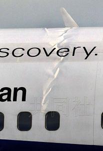 6月20日下午,一架从北京起飞的全日空波音767客机在成田机场降落时剧烈晃动,着陆造成的冲击导致机身变形。(共同社)