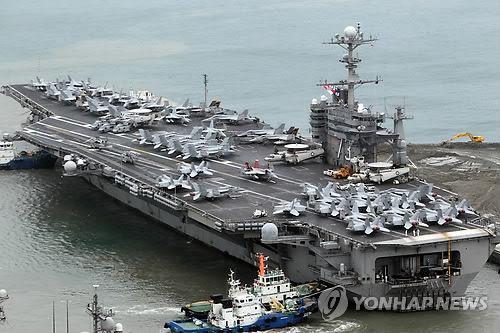 """停靠在釜山港的""""乔治・华盛顿""""号"""