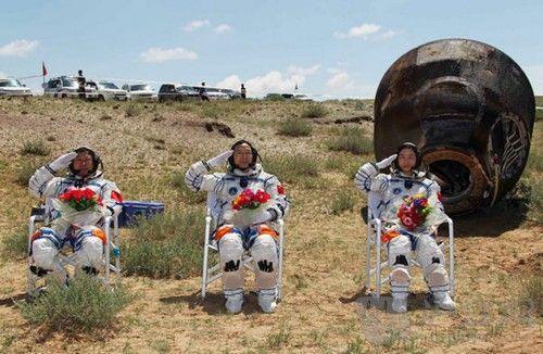 神舟九号3名宇航员出舱后敬军礼