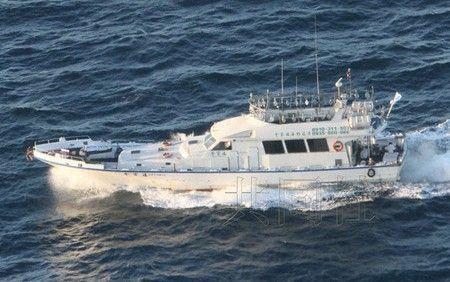 """7月4日清晨,台湾渔船""""全家福""""驶入了钓鱼岛附近的""""日本领海""""。图片由日本第11管区海上保安总部提供。"""