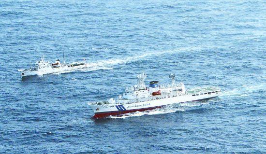 """中国渔政船编队11日驶入钓鱼岛海域进行正常巡航,遭日本海上保安厅巡逻船""""警告""""。图为行驶在该海域的中国渔政""""渔政35001""""号(上)与日本海上保安厅巡逻船。"""