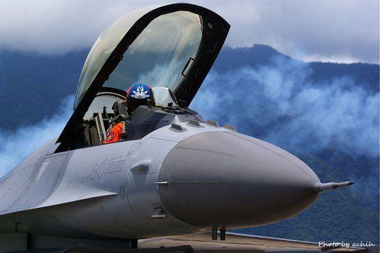 资料图:台湾空军现役F-16战机。