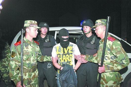 疑犯熊毅被押进看守所。(照片由襄阳市公安局提供)