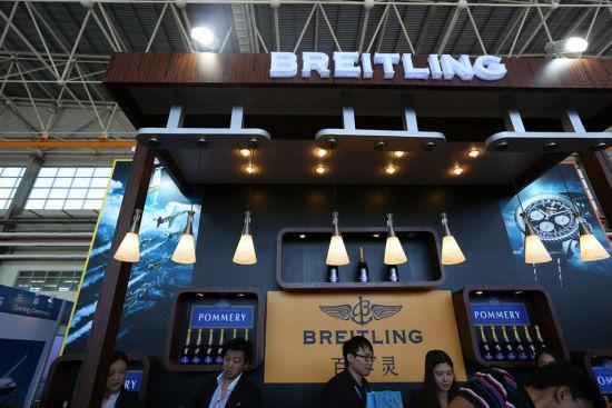 新浪航空讯 首届北京国际商务航空展览会(Beijing International Bussiness Aviation Show,简称CIBAS)于9月4日-7日在中国民用航空飞行校验中心盛大举行。享誉世界航空业官方指定供应商的瑞士著名腕表品牌百年灵(Breitling)倾情赞助本次展会,体现出品牌对世界航空业一如既往的支持,以及独一无二的飞行热情。   来自全球的150余家相关厂商携35架飞机及直升机亮相本届CIBAS航展,预计将吸引超过6000名买家及专业人士出席参观。作为中国标志性的通用商务