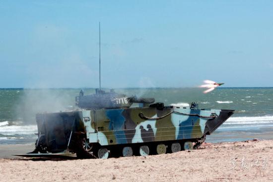 """资料图:反坦克导弹""""扑""""向目标,摧毁敌装甲目标廖志勇摄"""