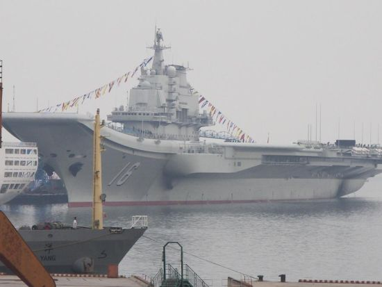 网友于23日在大连拍摄到的中国首个航母平台(超大军事 ppl 提供图片)