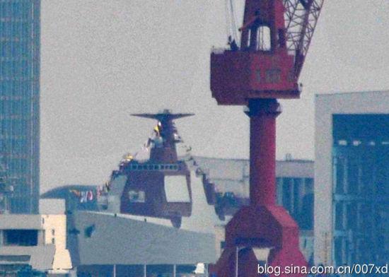 资料图:正在船台上的052D型驱逐舰。