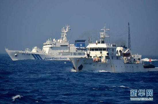 资料图:我国渔政35001号船,背后是日本巡逻船