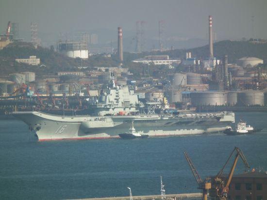 2012年10月30日上午9时27分拍摄到的辽宁号航空母舰正在返航时的照片。(特别鸣谢 新浪微博网友 特警4587的马甲 提供现场图片)