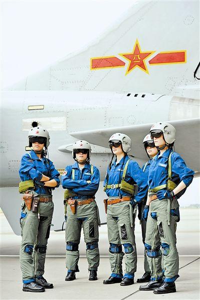 我军女飞行员驾驶飞豹战机归来