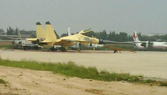 资料图:网友拍摄到的歼-15S型舰载机