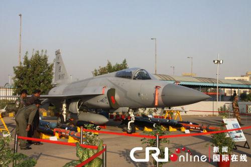 中国和巴基斯坦联合生产的枭龙战机在第7届卡拉奇国际防务展上展出摄影:孙伶俐
