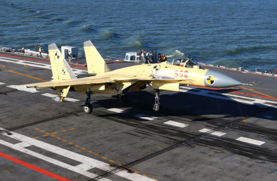 歼-15舰载机勾住阻拦索的刹那。