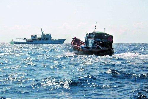 资料图:渔政船在南海海域拦截检查外籍渔船