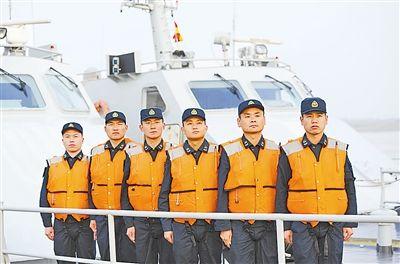 上图:优秀士官艇长群体:刘彬、夏金松、阚金海、汪洋、王海松、冷青松(从右到左)。江 山摄