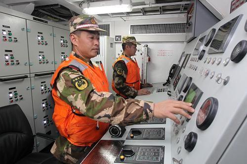 这是福建省公安边防总队海警第三支队官兵在35003舰上操作(12月21日摄)