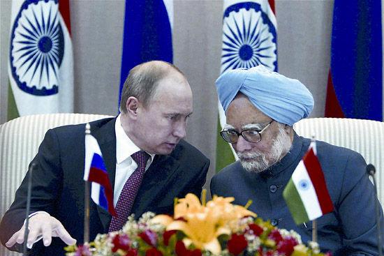 俄罗斯总统普京24日访问印度,与印方签下巨额军售合同。图为普京与印度总理辛格出席记者会。