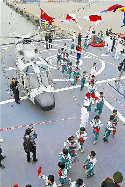 广州市南沙区黄阁小学学生在广州舰参观。