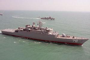 """伊朗海军首艘国产驱逐舰""""贾马兰""""号在波斯湾演练"""