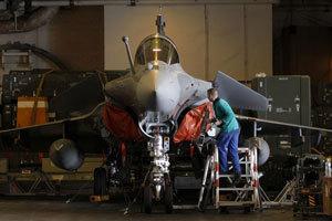 在机库中进行维护的阵风战机