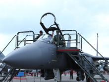 F-15SG战机全身挂满导弹炸弹