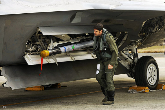 F-22战机机身侧面的内置弹舱,可见倾斜伸出舱外的导弹挂架