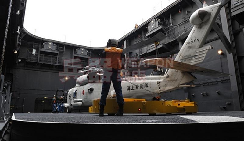 """日本海上自卫队""""日向""""号直升机驱逐舰的升降机"""
