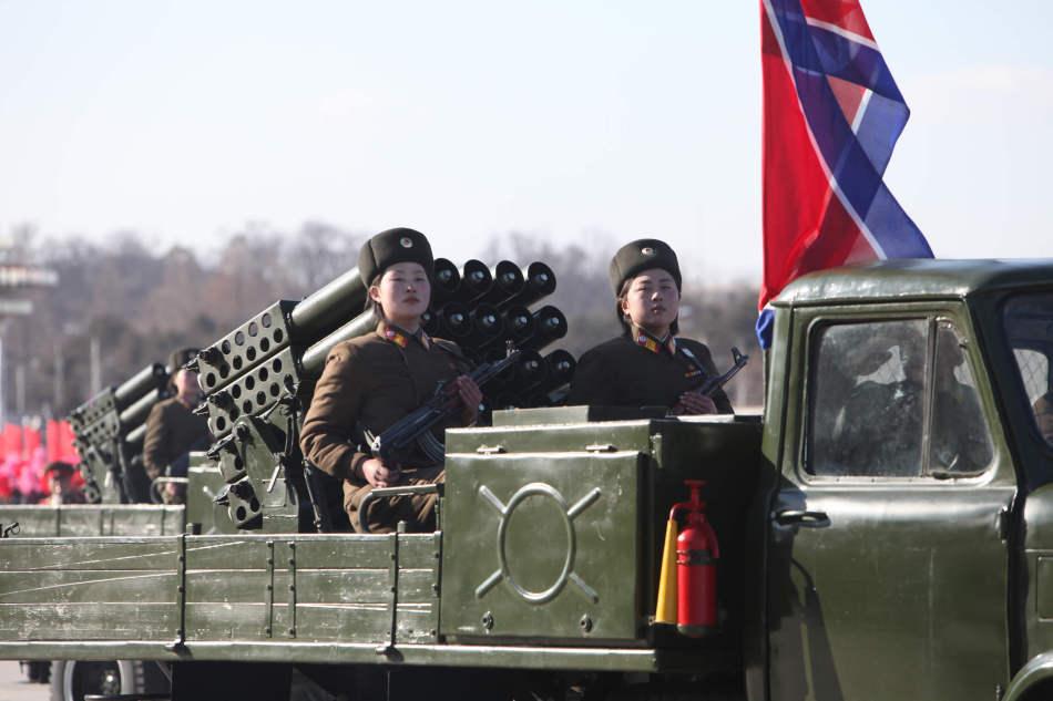 朝鲜举行三军阅兵出动国产火箭炮装甲车